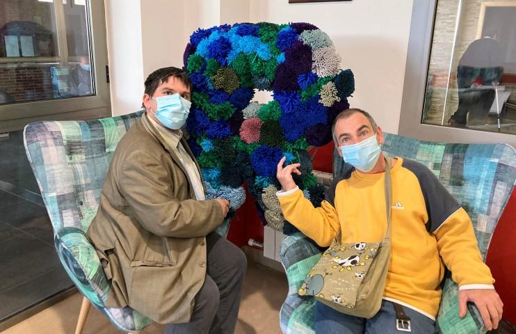 Miguel y Nacho, de Cruz Blanca Huesca, con uno de los materiales realizados durante el Diversario Off